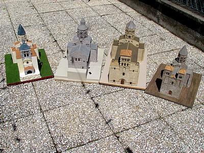 Photo 3 : De gauche à droite : les églises de Notre-Dame du Port, Orcival, Issoire et Saint-Nectaire.